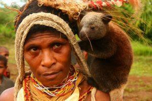 Детеныш-древесного-кенгуру-на-плече-у-женщины